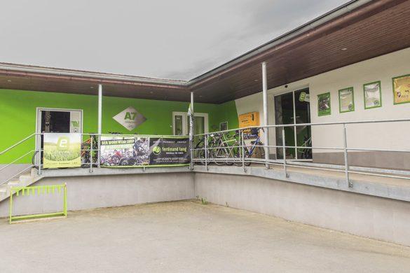 Außenansicht und Eingang unseres Bikestore in Uttrichshausen